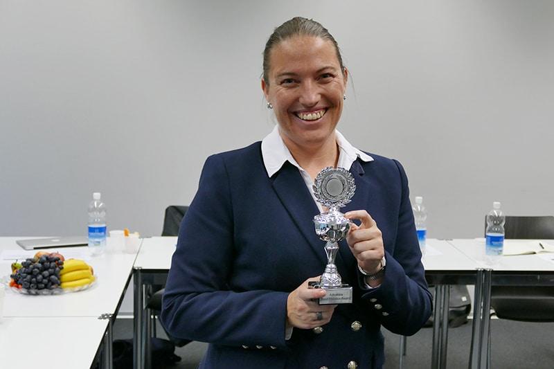 Daniela Kleck von Manor erhält den Pokal
